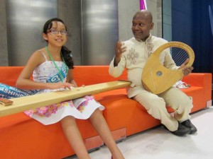 Photo: Manickam Yogeswaram mit einer jungen Kollegin vom mexikanischen Saiten-Ensemble Makochi Dulcemelos  (The Dulcimer Children of Mexico) bei der ISME 2012 Weltkonferenz für Musikerziehung in Thessaloniki